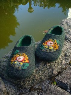 Felted black/green wool slippers with colorful decoration by Grazim on Etsy - Fabric Crafts Elf Slippers, Felted Slippers, Needle Felted, Nuno Felting, Felt Shoes, Baby Shoes, Etsy Fabric, Bedroom Slippers, Green Wool