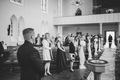 Der Bräutigam wartet in der Kirche aus seine Braut. Foto: http://weddings.lauramoellemann.de