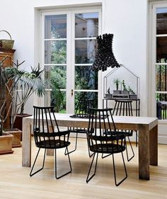 Kartell Comback Sled Chair by Patricia Urquiola. Kartell once again has fun revisiting a great classic and giving a new look to the Windsor chair. Patricia Urquiola, Chair Design, Furniture Design, Luge, Modern Chairs, Decorating Your Home, Decoration, Techno, Scandinavian