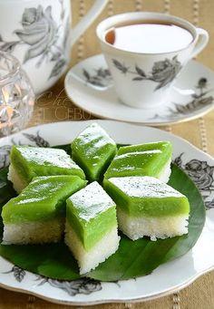 Lama juga tak buat kuih seri muka, atau di Singapura dipanggil puteri salat. Orang2 peranakan juga ada kuih macam ni yang dipanggil pulu...