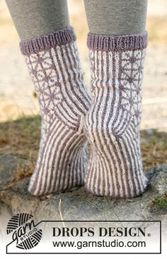Носки с геометрическим рисунком от Drops Design вязаные спицами Knitting Videos, Knitting Charts, Knitting Stitches, Knitting Patterns Free, Free Knitting, Free Pattern, Crochet Socks, Knitted Slippers, Knit Mittens