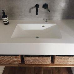tamaさんはInstagramを利用しています:「✏︎✏︎よくいただく質問をこちらにまとめてみました✏︎✏︎✏︎ ・ ・ 外観、間取り、金額は公開していません🙇♀️ ・ ・ ・ ▷#キッチン #カップボード ・ →インターテック でオーダー ・ ▷カップボードのカラー品番 →#アイカ工業…」 Powder Room Design, Wash Stand, Natural Interior, Laundry Room Design, Washroom, Bathroom Renovations, Kitchen Interior, Interior Architecture, Home Goods