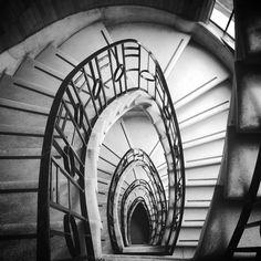 Escalera del Edificio de departamentos construido por el Arquitecto José Villagrán Garcia entre 1940-1950. Diagonal 20 de noviembre y 5 de febrero, Colonia Obrera. México D.F