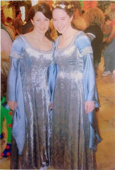 Anna Popplewell and her photo double Charlotte Hayes behind the scenes filming the coronation for The Chronicles of Narnia: The Lion, The Witch and the Wardrobe Narnia Costumes, Cute Costumes, Movie Costumes, Narnia Book Series, Chronicles Of Narnia Books, It Movie Cast, Movie Tv, Narnia Cast, Narnia Movies