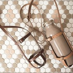 100均ベルトでもOK!おしゃピクに、毎日のお供に♪レザーボトルホルダーをハンドメイド Leather Bag Tutorial, Leather Bag Pattern, Sewing Leather, Leather Diy Crafts, Leather Craft, Anniversary Gift Ideas For Him Boyfriend, Bottle Bag, Leather Furniture, Sewing Projects For Beginners