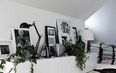 Overlappende bilderammer, lamper og pyntegjenstander gir en slående effekt på utstillingshylla