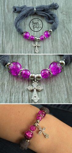 Ein schönes Armband, gefertigt aus elastischem Jerseystoff in dunkelgrau und pink. Durch den Farbkontrast leuchten die pinken Perlen noch schöner und auch die silbernen Elemente heben diese knallige Farbe noch mehr hervor. Das silberne Kreuz in Form eines Anhängers komplettiert das Armband und macht es zu einem tollen Schmuckstück. Hergestellt im Schwarzwald - von Hand und mit sehr viel Liebe <3 #Jersey #Stoff #Jerseyarmband #Stoffarmband #Perlen #DIYJerseyArmband #HonigPerle