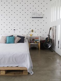 Tired of the same old drab, big box store shelves? DIY those wall shelves! Diy Wall Shelves, Wood Shelves, Rental Home Decor, Diy Blanket Ladder, Azul Tiffany, Ideas Para Organizar, Small Rooms, My Room, Toddler Bed