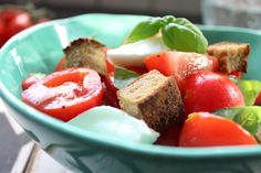 Low Carb Rezepte von Happy Carb: Low Carb Panzanella - Der italienische Brotsalat in Low Carb kommt mit vergleichsweise wenigen Kohlenhydraten daher.