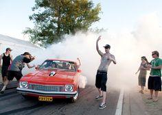 Beim Geruch von verbranntem Gummi auf warmem Asphalt geht bei Männern die Hose auf. Lärm, PS-Boliden, Abgase, Mädchen und eine Passion zur Autofotografie. #burnout #gummi #asphalt #smoke #carporn #musclecars #v8 #simondavidson #burnoutseries #pinksmoke #drift #concrete #rubber #wheelie #donuts  📝 Article: Johannes 📷 Photo: Simon Davidson 🍰 Link: http://schoenhaesslich.de/2012/burnout-series/