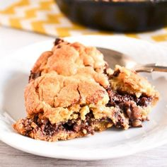 Soft buttery chocolate chunk skillet cookie with a gooey Nutella centre. This skillet cookie is so delicious and easy to make.