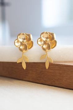 Flower and Leaf Earrings by Rachel Keppeler Designs Gold Ring Designs, Gold Earrings Designs, Gold Jewellery Design, Agate Jewelry, Gold Jewelry, Jewelry Accessories, Tiffany Jewelry, Glass Jewelry, Gold Jhumka Earrings