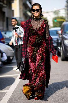 Comme chaque année, les modeuses rivalisent de style, haut perchées sur les pavés de Milan. On s'inspire de leurs looks ! Focus: robe rouge en velours