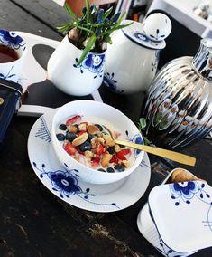 Breakfast in the sun Royal Copenhagen, Copenhagen Design, Royal Tea, Porcelain Dinnerware, Teak Furniture, Dinner Sets, Danish Design, Blue And White, China