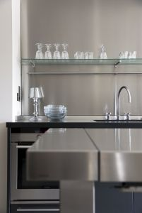 L'atelier de cuisine bulthaup b2 mise sur des matériaux authentiques : chêne ou noyer pour les armoires,inox pour la table de travail, sans oublier le granit brillant noir ou le chêne et le noyer pour le module de travail, selon les besoins et préférences de chacun.