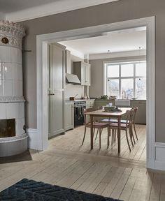 Grønt Shakerkjøkken — Nordiska Kök Inspiration Design, Home Decor Inspiration, Kitchen Inspiration, Küchen Design, House Design, Latest Kitchen Trends, Swedish Kitchen, Country Kitchen, Interior Architecture