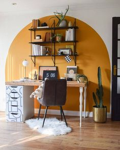 СТРЕКОЗА КОЗА / ДИЗАЙН, [15 янв. 2021 в 12:25] Четкий и внезапный цвет в доме. Интересное решение для зонирования помещений, для продолжения дизайна, для зрительного увеличения. Хоть это и буйство яркости, но интерьеру добавит четких границ. Вдохновляйтесь! Home Office Design, Home Office Decor, House Design, Office Desk, Yellow Accent Walls, Living Room Decor, Bedroom Decor, Wall Decor, Wall Art