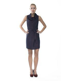 Feestjurk - Designed by Barbara van der Zanden Mouwloze jurk met gedrapeerde halslijn Losvallende knielange jurk met een gedrapeerde halslijn.