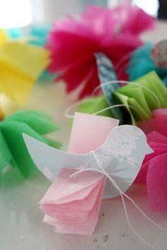 Papier-Vögel ❤️ Paper-Birds (Vögel aus Dekopapier schneiden, Schlitz für die Flügel machen und zum Fächer gefaltetes Tranzparentpapier durchstecken, aufhängen)