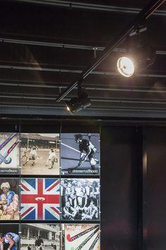 Het industriële uiterlijk van de zaak wordt benadrukt door de robuuste Combat railspots aan het plafond met Panama LED lichtbronnen.