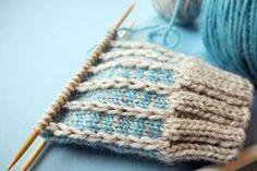 Suljettuun neuleeseen saat vaihtelua ja näyttävyyttä muutenkin kuin raidoilla tai kirjoneuleella. Tässä ohjeet kolmeen värikkääseen pintaneuleeseen Knitting Stiches, Lace Knitting, Knitting Socks, Freeform Crochet, Knit Or Crochet, Baby Boy Knitting Patterns, Knit Dishcloth, Fabric Yarn, Knit Mittens