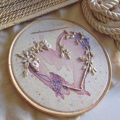 Mais um bordado que vai decorar o casamento: aquarela e bordado livre em linha…