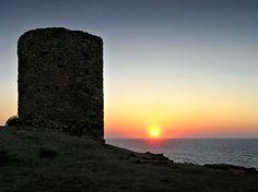Corsica - Tours Génoises Corse -  Tour ruinée de Spanu, Lumiu, Lumio  La tour de Spano est une tour génoise de guet ronde, ruinée depuis fort longtemps. Elle est située en bordure de mer, sur la pointe éponyme, qui est la propriété du Conservatoire du littoral depuis le 1er janvier 1982.