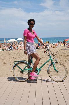 Fashion on a bike @ Barcelona Old Fashioned Bicycle, Velo Vintage, Urban Cycling, Barcelona Fashion, Cycle Chic, Street Style Blog, Bicycle Girl, Bike Style, Ebony Women