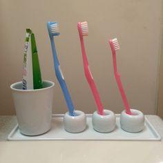 トレーの上には歯ブラシ立てのほかに、歯磨き粉を立てるための白いコップも置きました。無印良品歯ブラシスタンド2