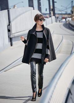 Sleek Sophistication mit minimalistischer, edel wirkender Silhouette und eleganter Aura. Einen gelungenen Akzent zu dieser Simplizität in Schwarz setzen die kupferfarbenen Reißverschlüsse.  #Poncho #Trend #Impressionenversand