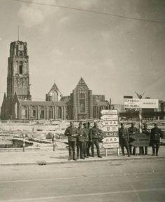 Duitsers poseren bij de verwoeste Laurenskerk