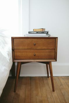 I've been looking for these kind of bedside tables, love midcentury design!