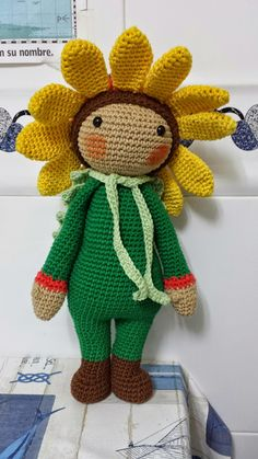 Crochet your own amigurumi flower dolls. Easy crochet patterns, well explained with photos and texts. Flower dolls are fun to crochet. Yarn Dolls, Crochet Dolls, Crochet Sunflower, Crochet Flowers, Easy Crochet Patterns, Doll Patterns, Amigurumi Doll, Christmas And New Year, Doll Toys