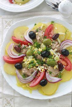 Salade de pommes de terre au thon et tomates Very simple tuna potato salad with tomato, onion and olives. Vinaigrette without mayonnaise: olive oil, lemon or vinegar juice, aromatic herbs, spices. Vegetarian Appetizers, Appetizer Recipes, Salad Recipes, Healthy Recipes, Healthy Fried Chicken, Cooked Chicken Recipes, Vinaigrette, Mayonnaise, Chicken Menu