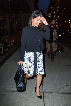 Freida Pinto perfectly shows the effortless elegance of her black Tod's Cape Bag. #tods #todscapebag #celebrity #freidapinto