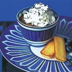 Faire fondre le chocolat coupée n carrés au bain-marie ou au micro-ondes. Séparer les blancs des jaunes d'œufs. Fouetter les blancs en neige bien ferme. Verser les jaunes sur le chocolat fondu et mélanger. Incorporer la moitié des blancs en mélangeant au batteur. Ajouter l'autre moitié et incorporer délicatement avec une spatule. Répartir dans de petits bols. Battre la crème fraîche avec le sucre glace pour la monter en chantilly. Mettre le tout au frais au moins 2 heures. Juste avant de…
