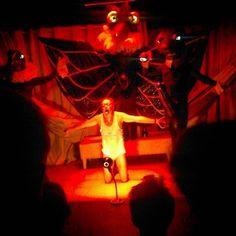 Ritualet' på Teater Momentum: Kæmpestore fuglemasker, kæmpestore fallos på høje lakhæle - kæmpestort og udsyret vanvid. Sikke en forestilling med geniale karakterer. Dygtige, smidige og karikerede. #thisisodense #Ritualet #teatermomentum #fallosmedlysendeøjne