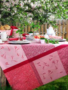 Gedeckter Gartentisch. Tischdecke FLEUR DU JARDIN von Sander.
