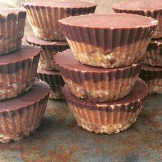 Zelf snickers maken! Deze 'verantwoorde' snickers zijn gemaakt van gemengde noten, dadels en biologische pure chocolade.