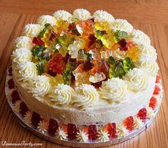 Nasz tort czekoladowy jest jednym z ulubionych dziecięcych tortów – dlaczego?! Jego podstawa to dwa ociekające czekoladą blaty- mocno czekoladowego 'murzynkowego' ciasta – przełożone kremem z białej czekolady. Na wierzchu dalsza część pyszności – kremowe zdobienia i cała gromadka uwielbianych przez dzieci misiów żelków. Takie połączenie smaków uwielbiają nie tylko najmłodsi…jesteśmy pewni,że starsi smakosze tortów …