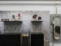 revestimento de pedra e detalhes em dourando em loja de jóais