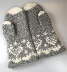 Ravelry: Fru Kvists varme votter pattern by Nina Granlund Sæther Knit Mittens, Mitten Gloves, Knitting Socks, Knit Socks, Crochet, Ravelry, Tatting, Diy And Crafts, Felt