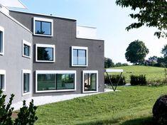 Aussenbündige Metallfenster in verschiedenen Formaten bei einem Mehrfamilienhaus - m3 Architekten Zürich Garage Doors, Mansions, Architecture, House Styles, Outdoor Decor, Image, Home Decor, New Construction, Detached House