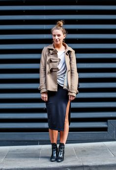 Split Thinking - To own transitional dressing, you need three versatile pieces: a strong black midi, grey boyfriend tank and off-white trench. All sorted. Split Skirt, Duffle Coat, Style Snaps, People Dress, Knitwear, Leather Skirt, Latest Trends, Midi Skirt, Womens Fashion
