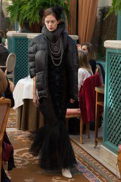 Esta semana, Chanel se apoderó del Ritz de París para un poderoso show de Métiers d'Art que tocaba muchos temas cercanos a todos.