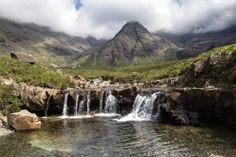 Cascade - Paysage de l'île de Skye - Ecosse Formations Rocheuses, Waterfall, Outdoor, Scotland Trip, Colorful Houses, Wales, Archipelago, Outdoors, Outdoor Living