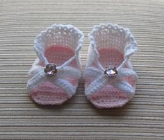 Crochet Pattern Baby Girl Sandals Months - Tuto tricot - Please note: this is a crochet pattern, not finished sandals. Baby Girl Sandals, Crochet Baby Sandals, Crochet Baby Clothes, Crochet Shoes, Girls Sandals, Baby Booties, Booties Crochet, Crochet Slippers, Baby Clothes Patterns