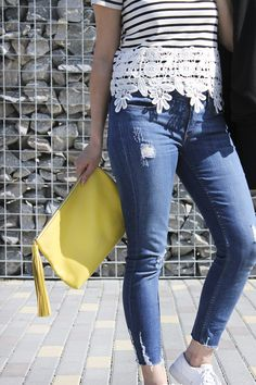 camiseta con encaje. bolso amarillo lacambra