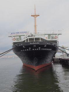 1930年に太平洋横断シアトル航路へ就航した当時を代表する高速貨客船。喜劇王チャップリンも乗船しました。第二次大戦中は海軍の病院船として活躍。2003年には横浜市指定有形文化財に指定されている。 改装工事が終了し、2008年4月25日から一般公開を開始。 戦前、シアトル航路の外航貨客船として活躍した当時の資料を元に改修された、 アールデコ様式の一等食堂や、一等喫煙室、一等特別室など客室を見学できるほか、「氷川丸」の波乱の歴史をご紹介する展示コーナーも。 プロムナードデッキからは、横浜港の風景が楽しめる。 電話番号:045-641-4362
