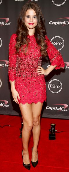 Selena Gomez hit the red carpet in a red-hot embellished lace Dolce & Gabbana mini dress that she styled and black Casadei pumps. Style This Week Vestido Selena Gomez, Fotos Selena Gomez, Selena Gomez Style, Selena Gomez Red Carpet, Looks Kim Kardashian, Espy Awards, Looks Plus Size, Glamour, Night Looks